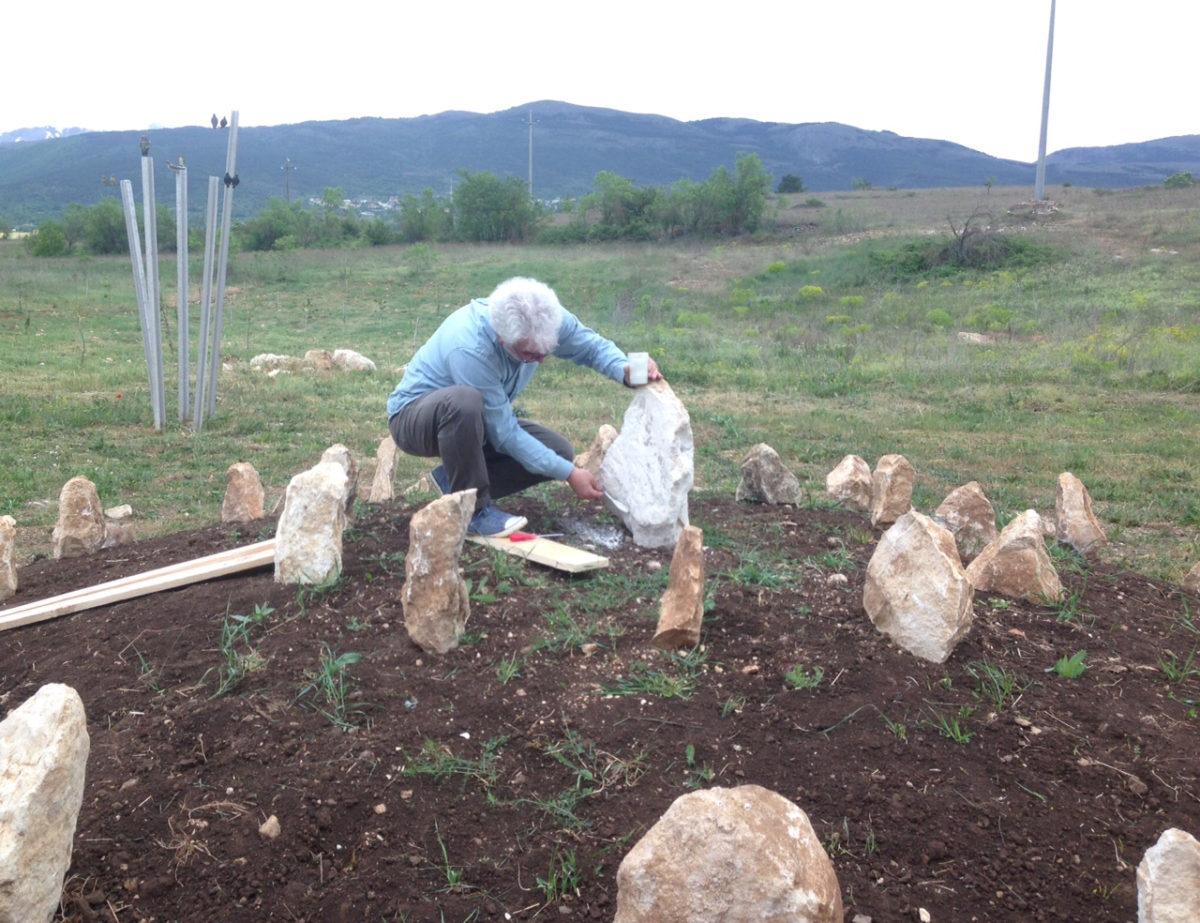 04 - Sergio Nannicola fotografato mentre sta sigillando in una delle pietre