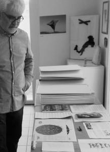 02 - Sergio Nannicola mentre al MuBAQ con i documenti memoriali